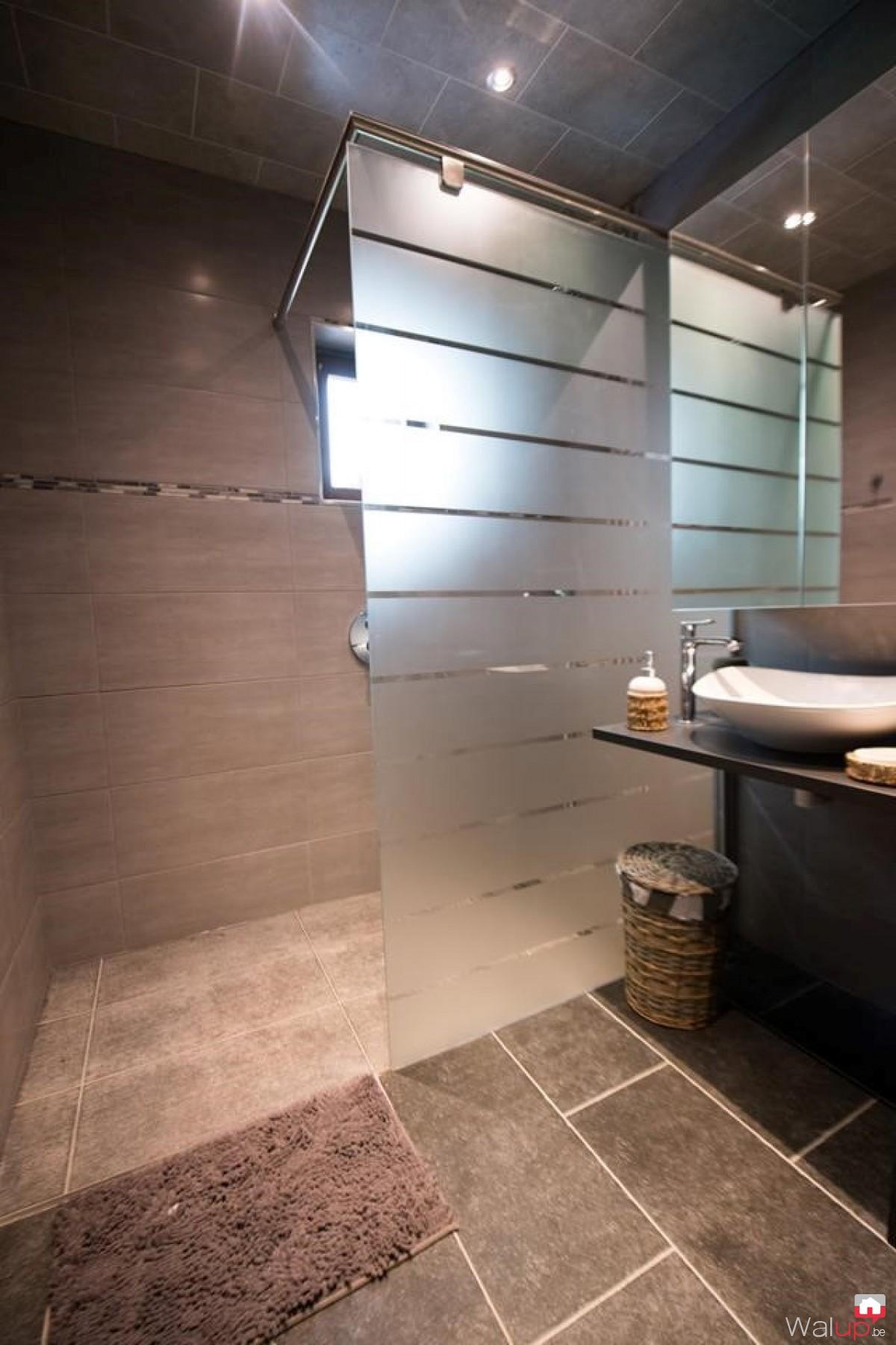 Salle de bain par nico chauffage for Chauffage de salle de bain