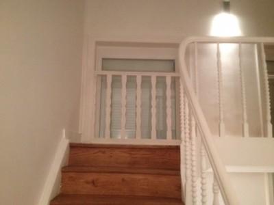 Châssis pvc derrière un escalier