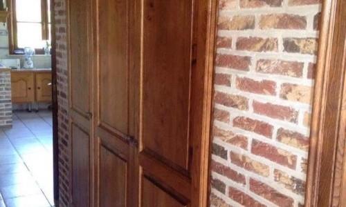 Décapage des boiseries d'une maison: escalier, portes, armoire,...