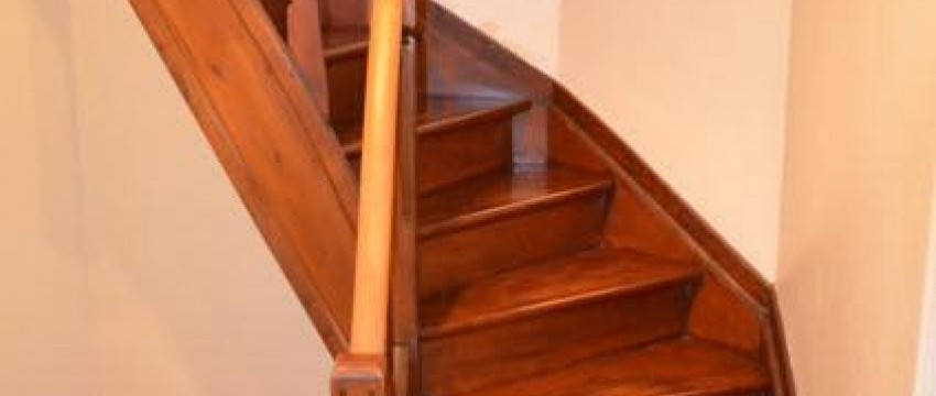 Décapage, ponçage et teinte d'un escalier en 3 volées