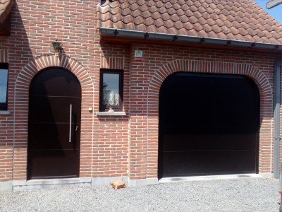 Porte d'entrée + garage et portail d'entrée motorisé !