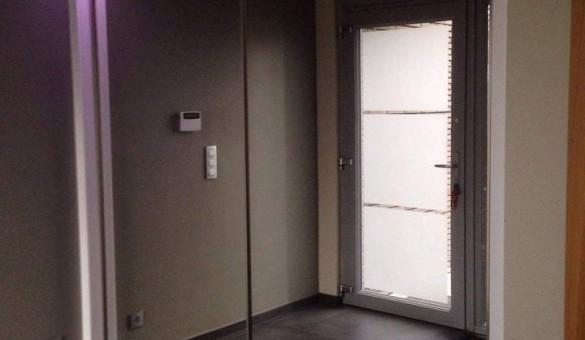Pose d'un placard avec portes coulissantes vitrées et aménagements div