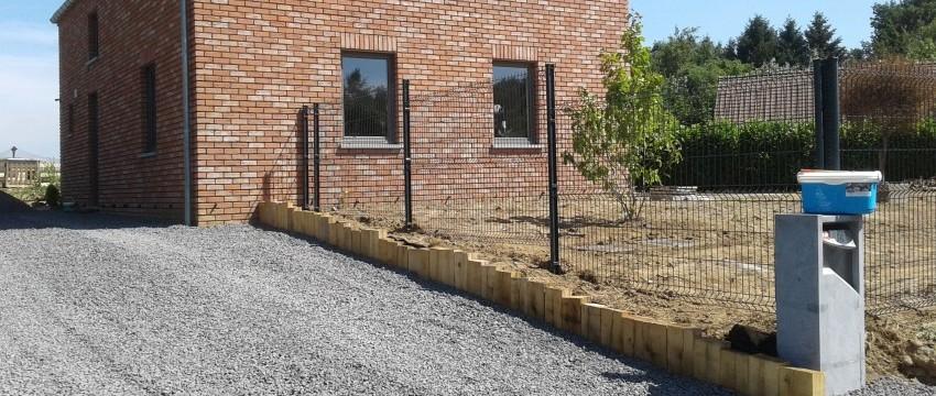 Pose d'une clôture et d'un muret de rétention