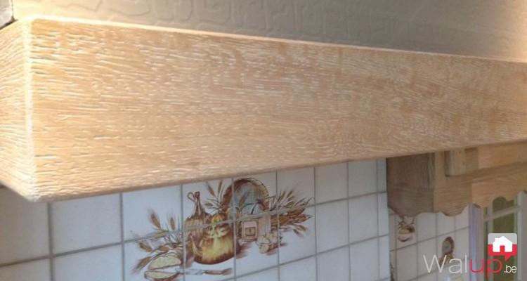 Céruse d'une cuisine et remise à neuf des poignées charnières