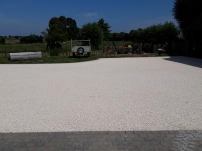 Réalisation du terrassement plus pose gravier de finition d'une cour