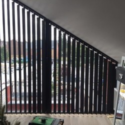 Pose de stores à bandes verticales de type