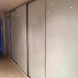 Placards coulissants avec façades en verre